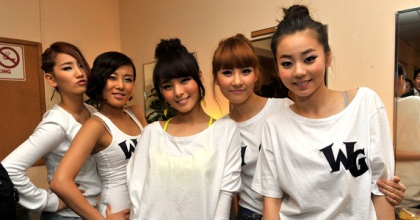 The Wonder Girls pose backstage after performing at the Wiltern